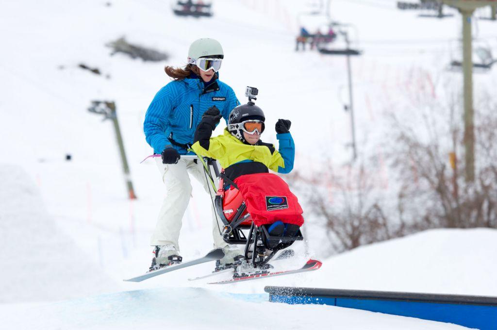 Laskettelukelkan avulla myös vaikeasti vammainen lapsi pääsee kokemaan laskettelun riemua. Kuva: Janne Ruotsalainen