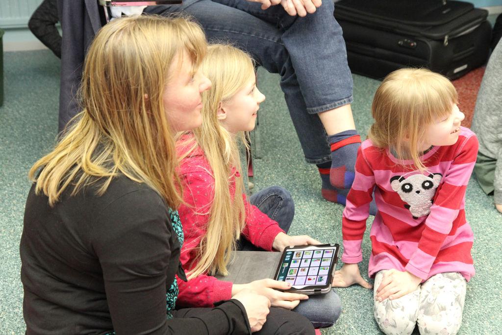 Auli Starck tutustui tablettisovellukseen yhdessä lastensa Juulian ja Emilian kanssa.