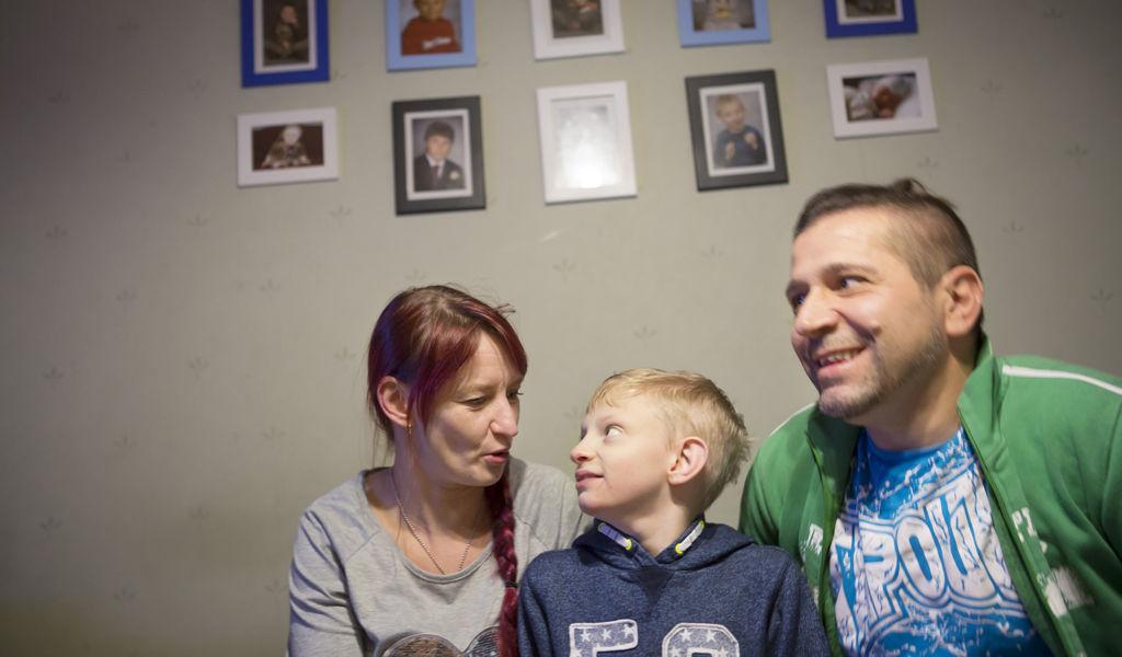 Wolf-Hirshornin oireyhtymää sairastava Topias äitinsä Milja Sivenin ja Tero Kalliolan kanssa.