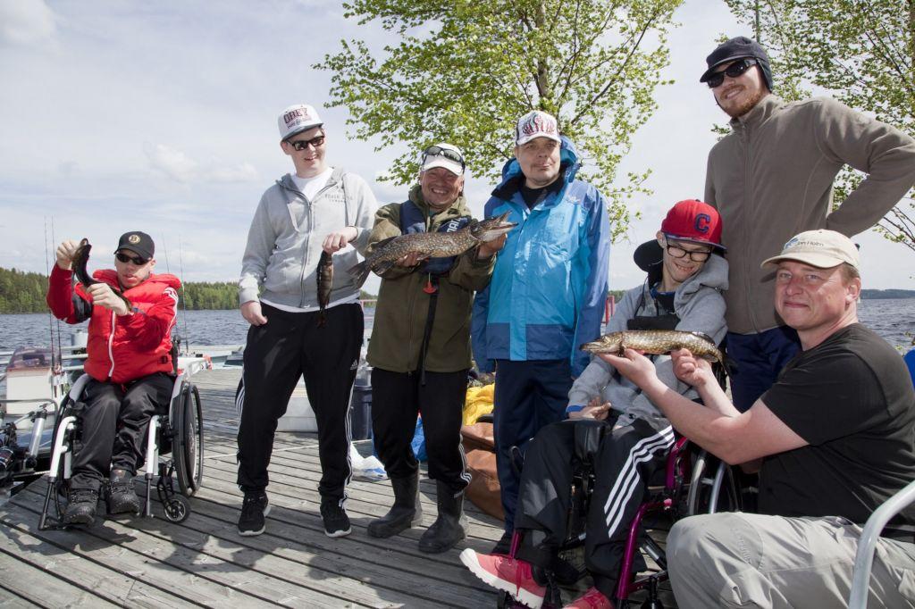 Kuvassa joukko kalastajia saalinsa kanssa. Kuva: Janne Ruotsalainen