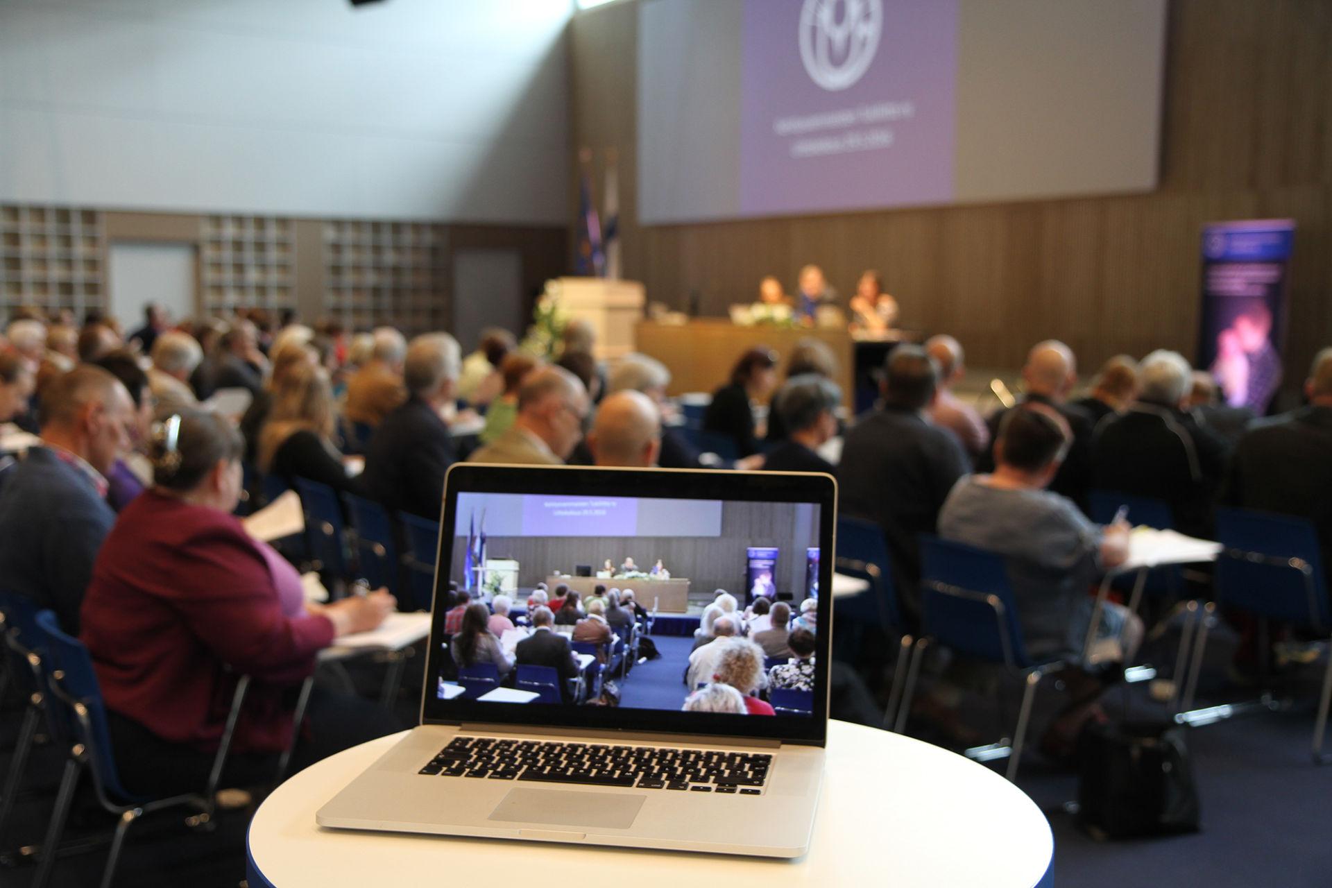 Yleiskuva liittokokouksesta: ihmisiä istumassa