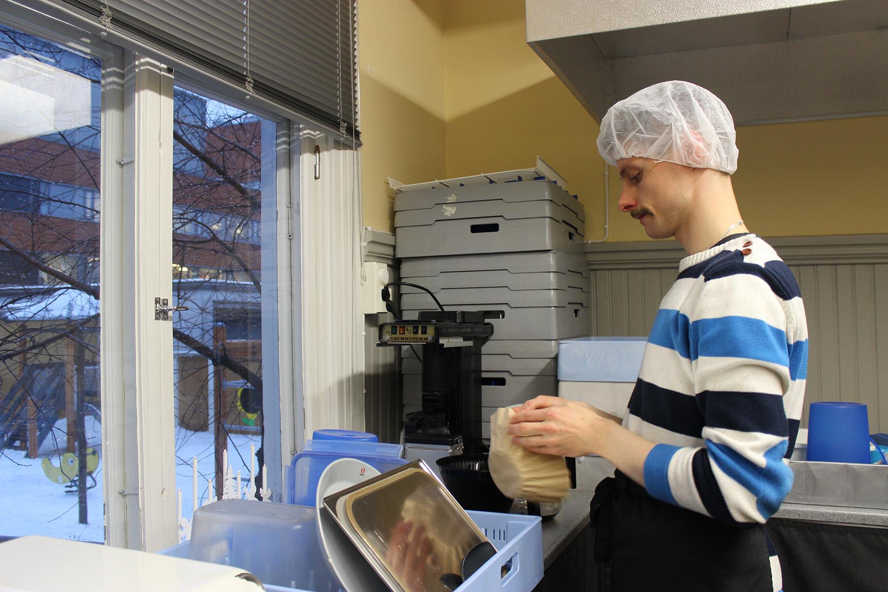 Antti Bäck tekee palkkatyötä päiväkodin keittiössä.
