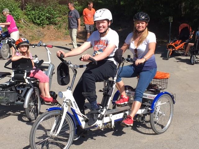 Kalle ja äiti pyöräilemässsä