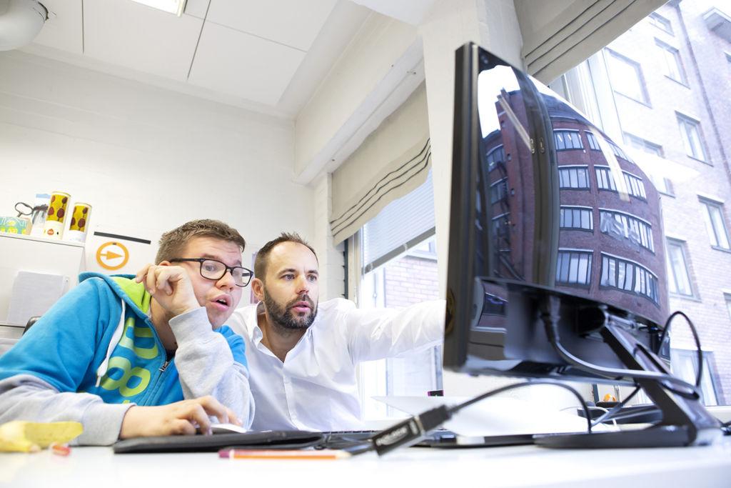 Riku Seppälä ja Valtteri Rantanen tietokoneen ääressä.