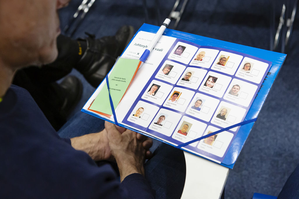 Äänestyslipussa on ehdokkaiden nimet, kotipaikat ja valokuvat.