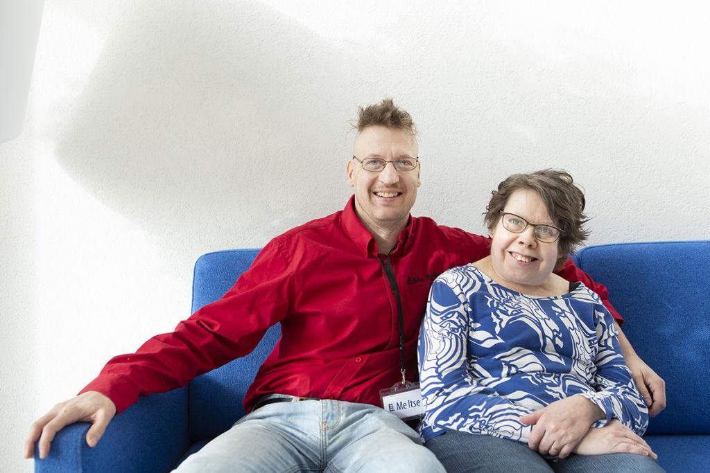 Sami Korhonen ja Anne Parkko iloisina Me Itse -vuosikokouksessa.