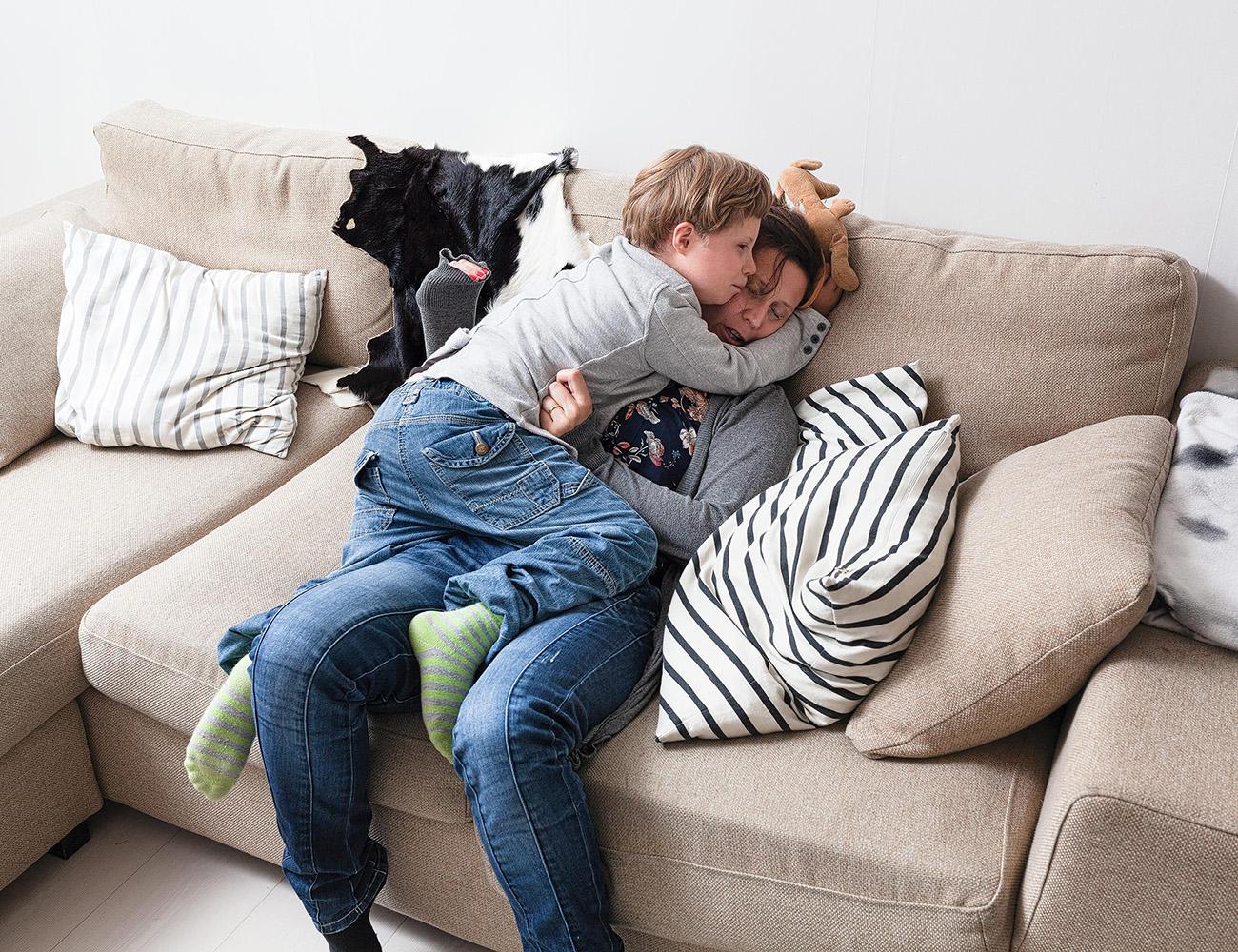Juha halaa Pia-äitiä.