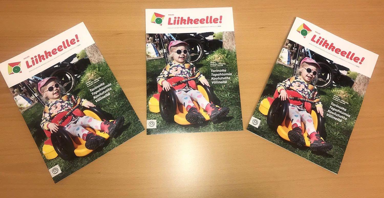Pöydällä kolme Malikkeen Liikkeelle-lehteä 2020. Kansikuvassa pieni tyttö istuu Scooot- monitoimialustalla ruohikolla.