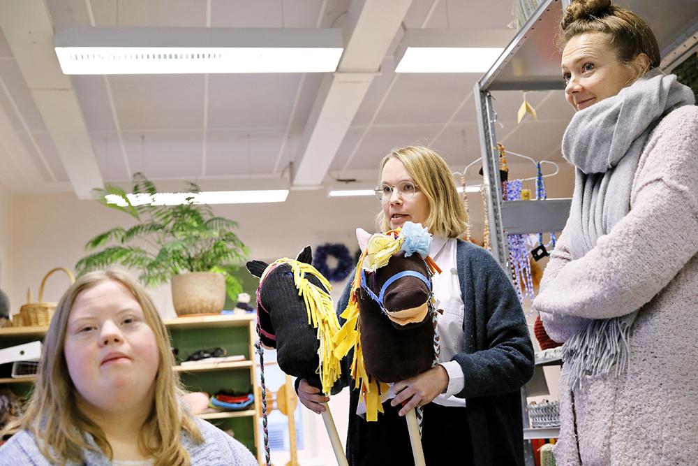 Kuvassa Katriina Rosavaara (oik.), Janette Aho ja Pauliina Aito.