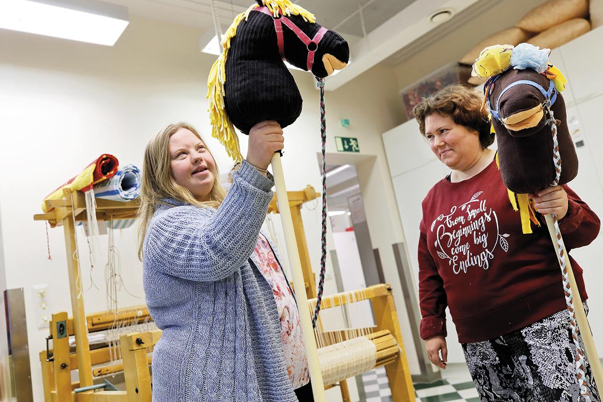 Pauliina Aito ja Mirkka Lauhakangas esittelevät keppihevosia, joita he ovat tehneet Aula-työkodissa.