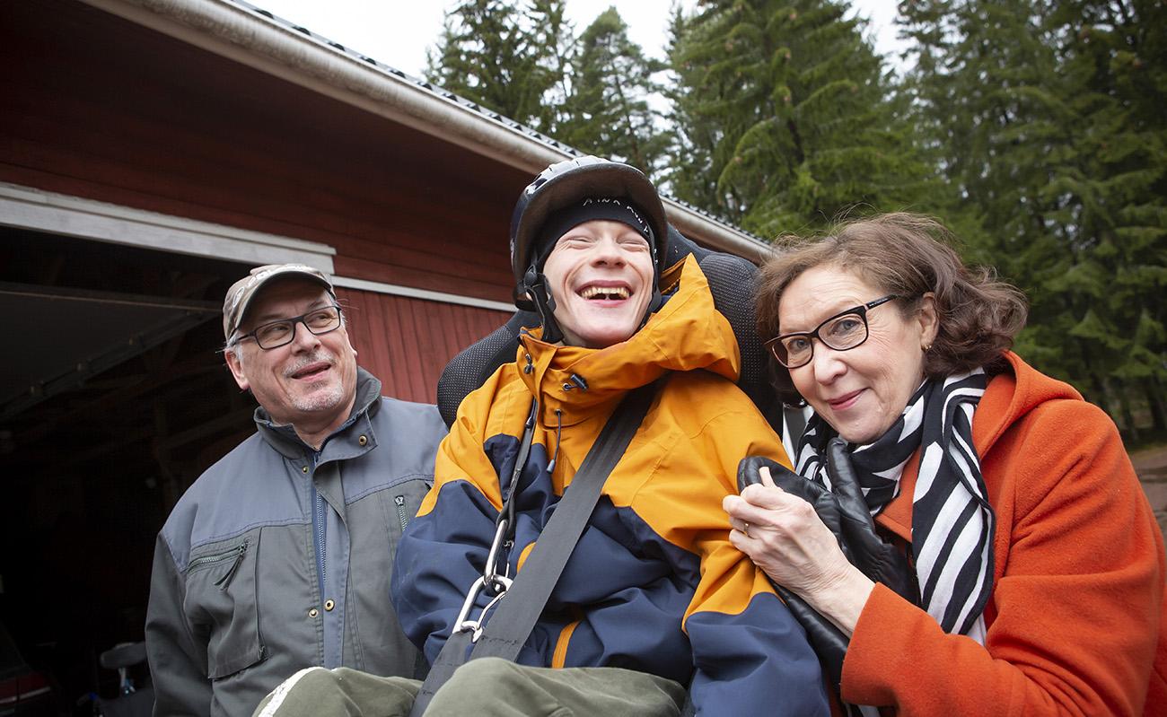 Perhekuvassa Teemu, Lauri ja Anne-Marja.
