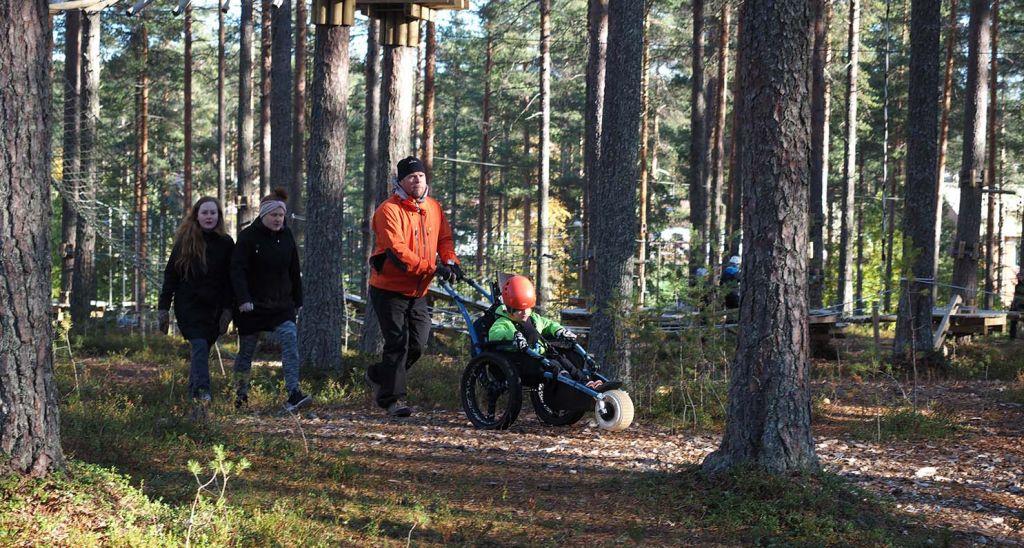 Hippocampe-maastopyörätuolilla pääsee liikkumaan metsässä juurakoiden yli. Kuva: Malike