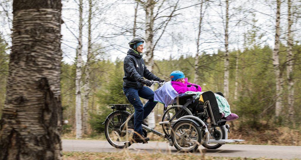 Kolpeneelle hankittiin pari vuotta sitten Malikkeen tapahtumassa tehtyjen kokeilujen innoittamana oma pyörätuolipolkupyörä. Kuva: Ville Muranen