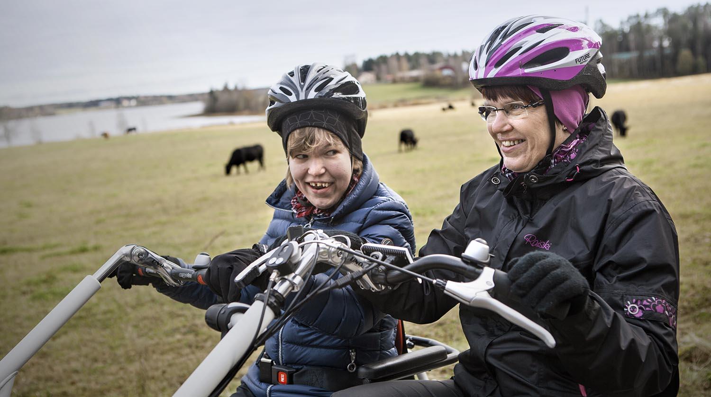 Anni ja Marja-Leena Tikka nauttivat yhteisistä pyöräretkistä rinnakkainajettavalla polkupyörällä. Kuva: Ulla Nikula.