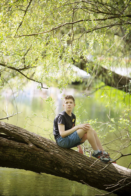 Niilo istuu puussa.
