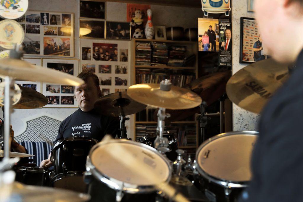 Toni rummuttaa.