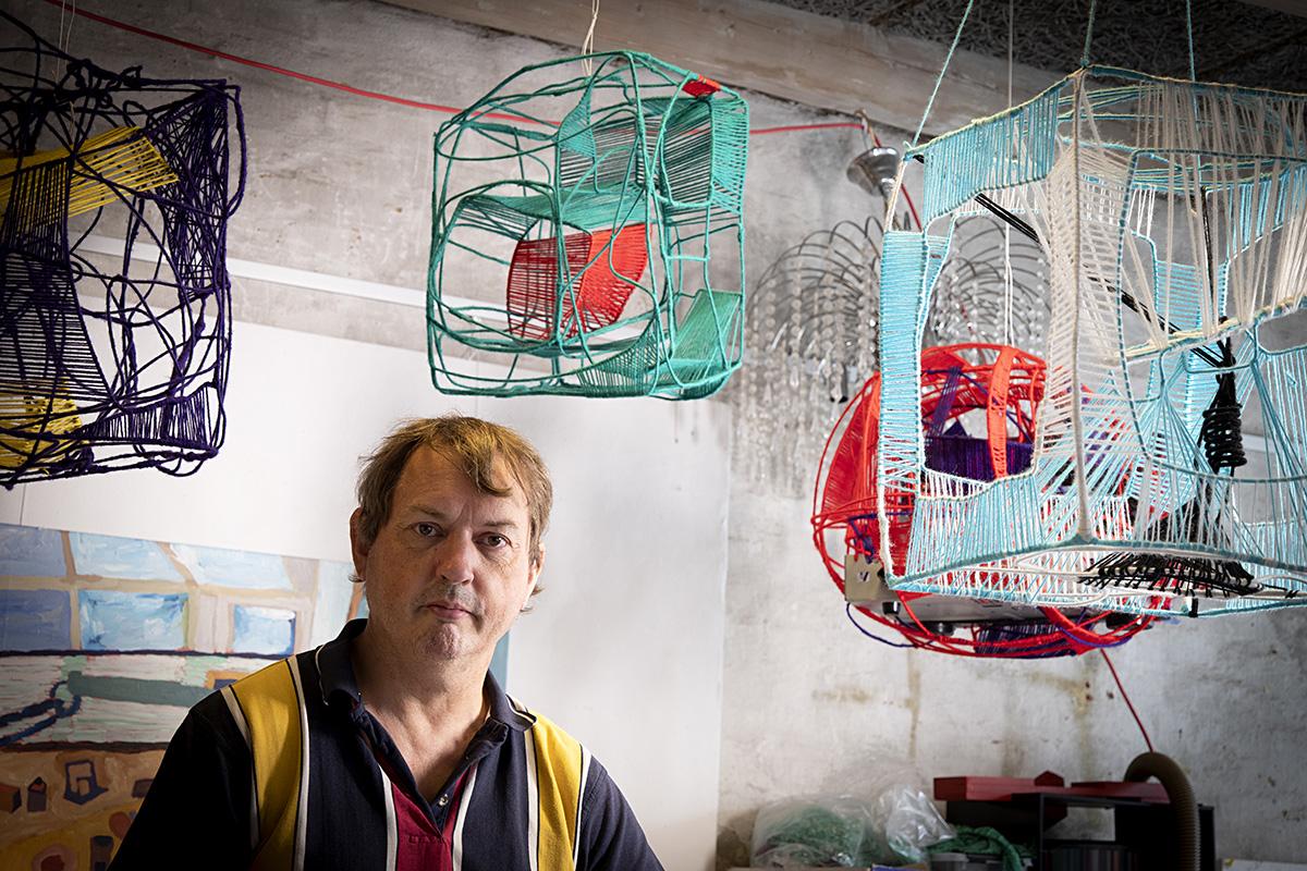 Kettukin vuoden taiteilija Michael Rasmussen katsoo vakavana kohti kameraa.
