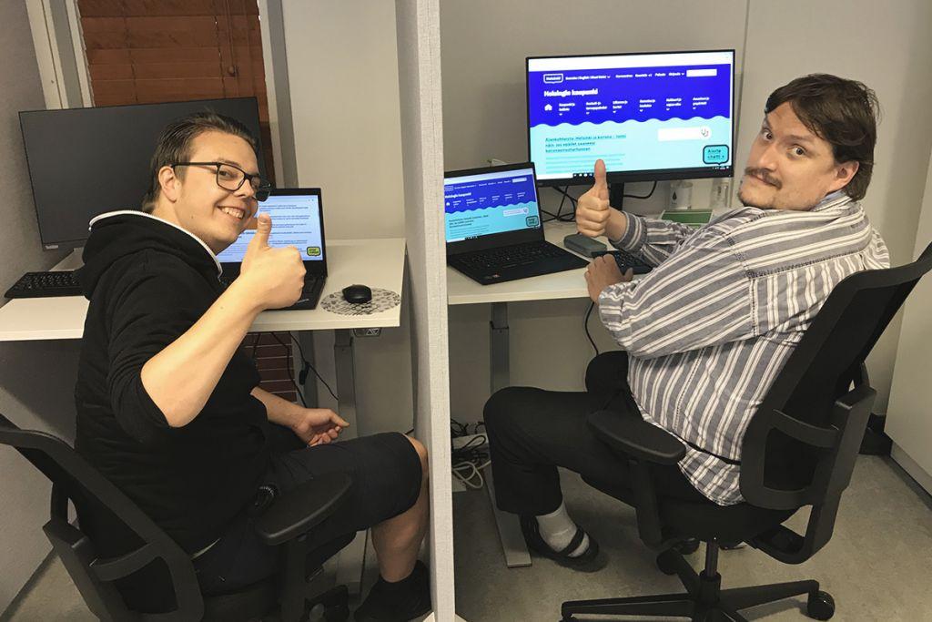 Testaajat Roberto Polsa ja Heikki Oksanen tietokoneiden äärellä.