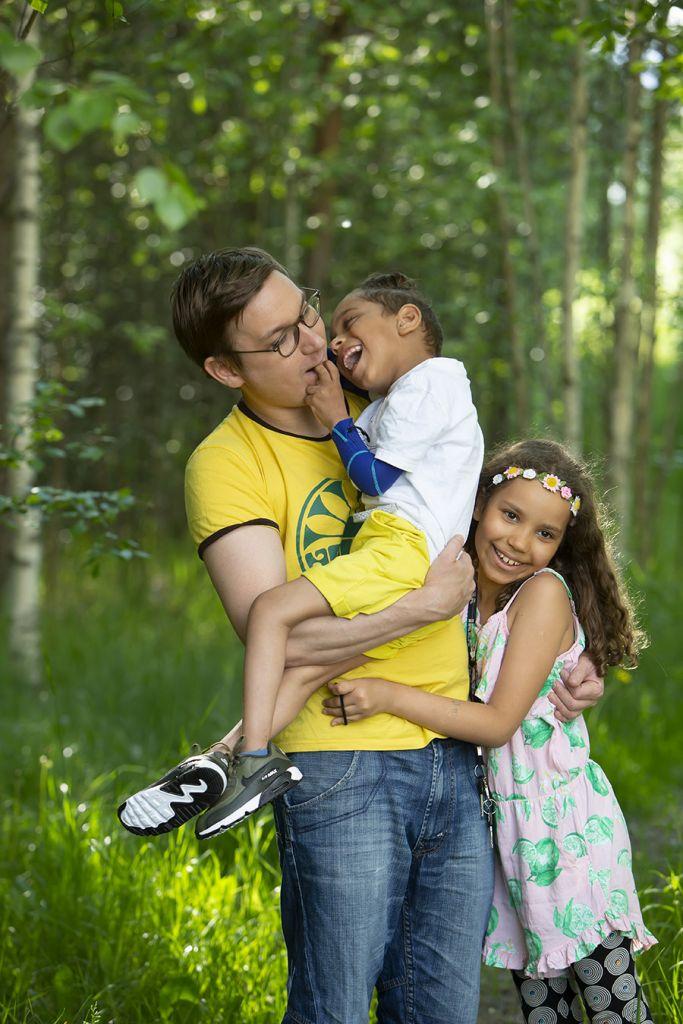 Jacob isän sylissä, ryhmähalissa myös sisko.