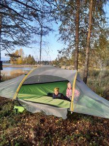Lapset telttailevat Nurmeksessa