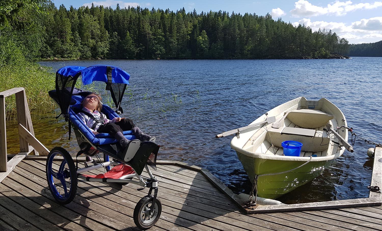 Isopyöräisten Kangoo-monitoimirattaiden avulla Liisi Keskitalo pääsee luontoon ja laiturille. Kuva: Heidi Keskitalo.