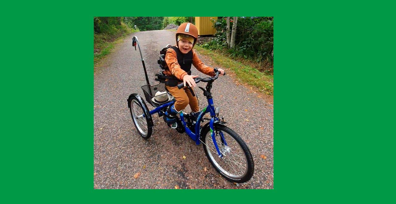 Pyöräily kolmepyöräisellä erityispyörällä auttaa pitämään yllä Kasper Artelin jalkojen toimintakykyä ja liikkuvuutta. Kuva: Jenni Arteli