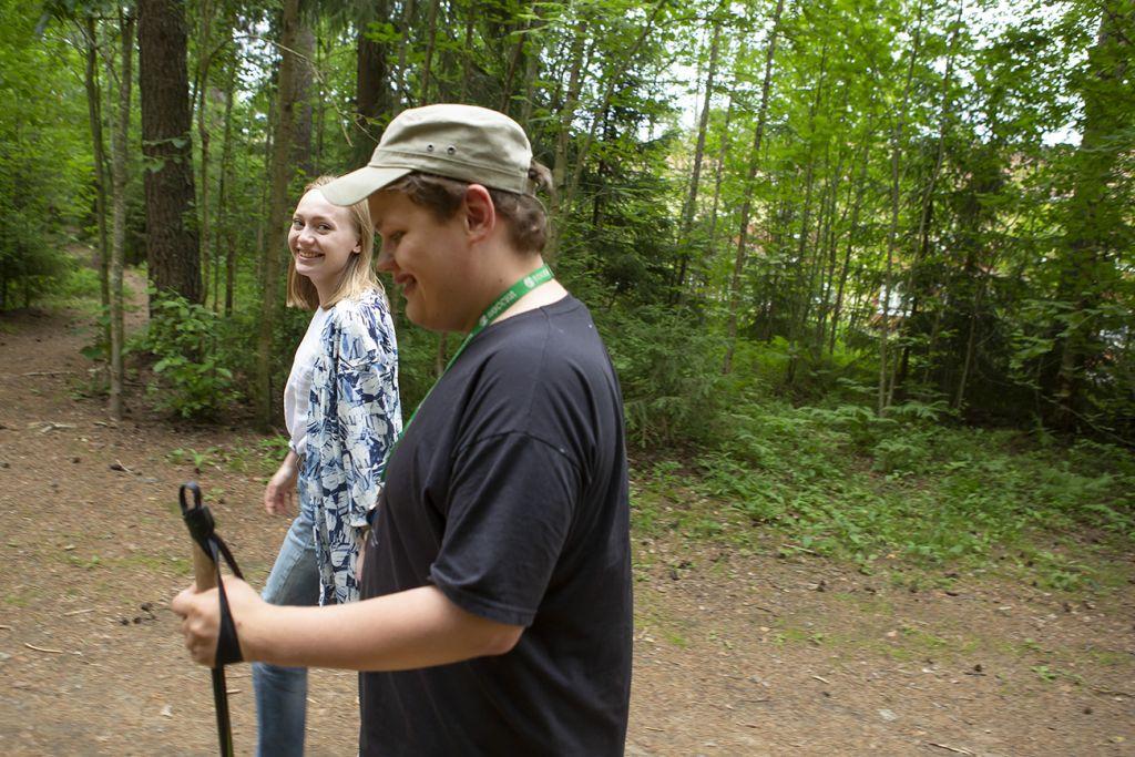 Aino ja Tuomas Kärpänniemi kävelyllä metsässä.