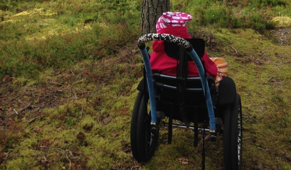 Viitasaarelaisen Savivuoren asunnot -ryhmäkodin asukkaat pääsevät luontoon retkeilemään esimerkiksi isorenkaisen Hippocampe-maastopyörätuolin avulla. Kuva: Ulpu Kananen