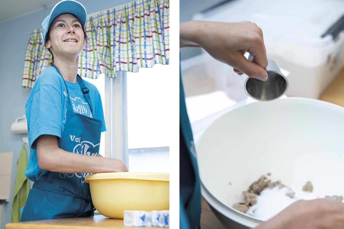 Nuori nainen leipoo.