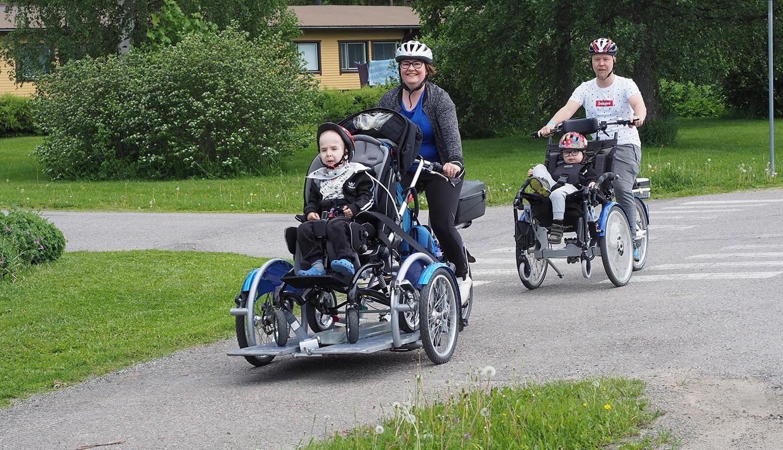 Toimintavälineet mahdollistavat yhteistä tekemistä. Liikkeelle-lomalla koko perhe pääsi pyöräretkelle polkupyöränkuljetuspyörällä ja yhdistelmäpyörällä.