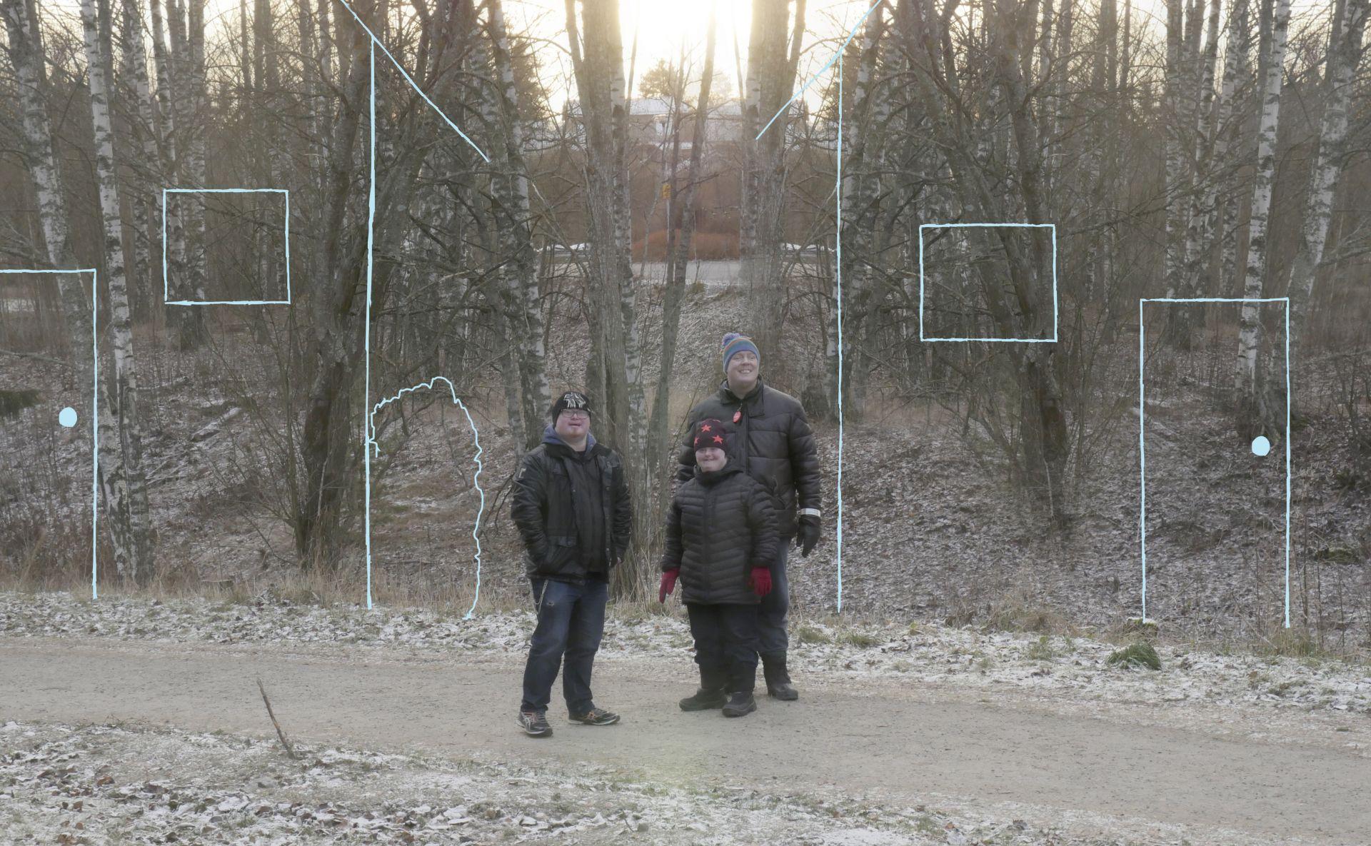 Kolme ihmistä seisoo keväisessä maisemaassa. Taustalle on piirretty taloja.