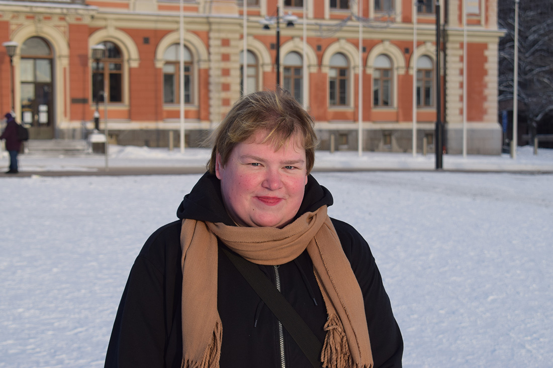 Soili seisoo Kuopion torilla.