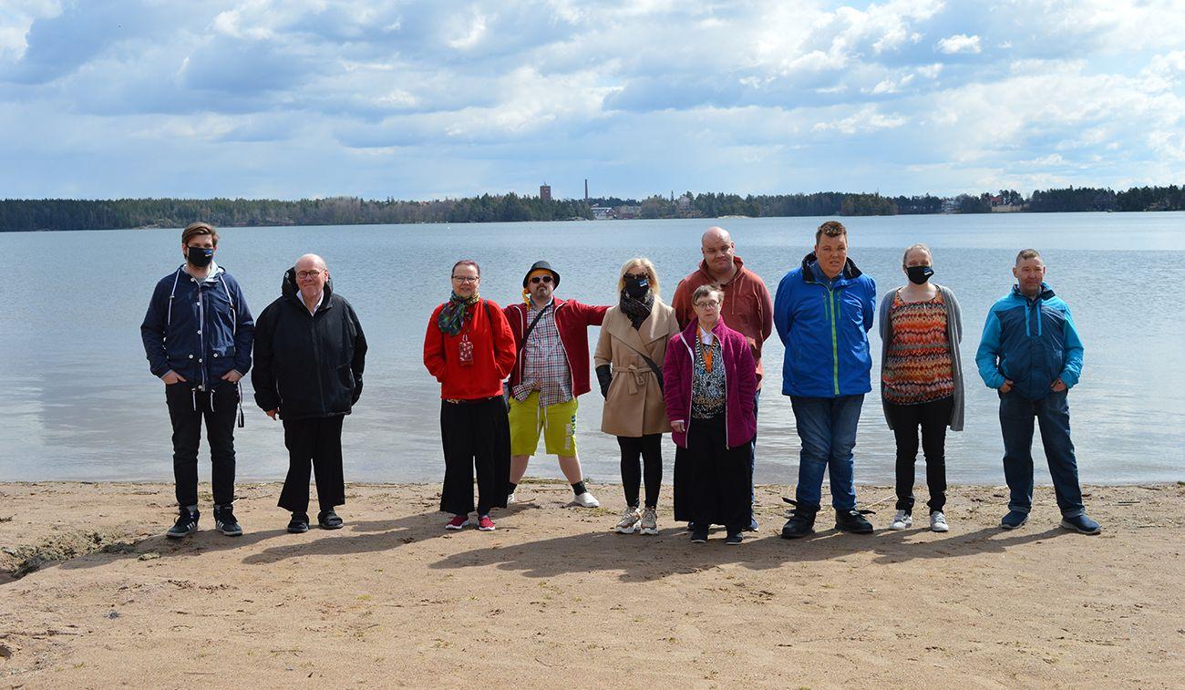 ihmisiä hiekkarannalla