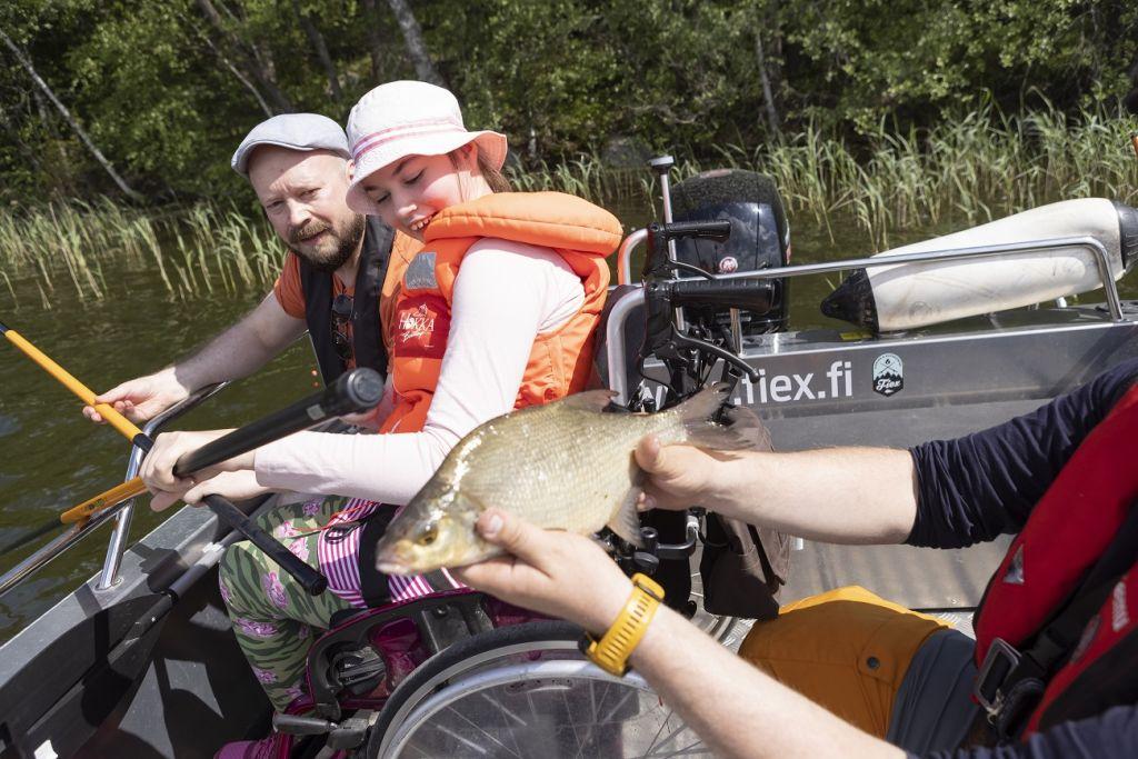 Isä ja tytär ihastelevat kalaa Kangasalla kesällä 2021
