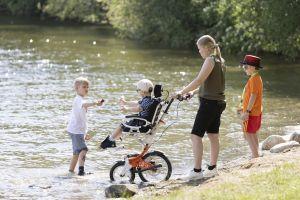 Perhe veden äärellä Kangasalla kesällä 2021