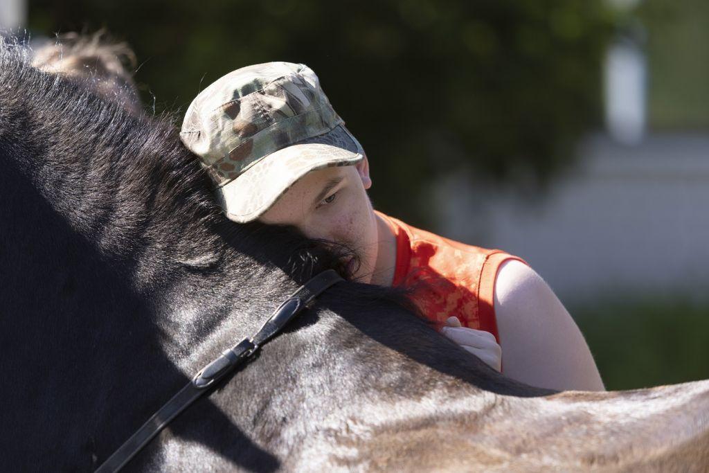 Hevonen ja nuori Kangasalla kesällä 2021