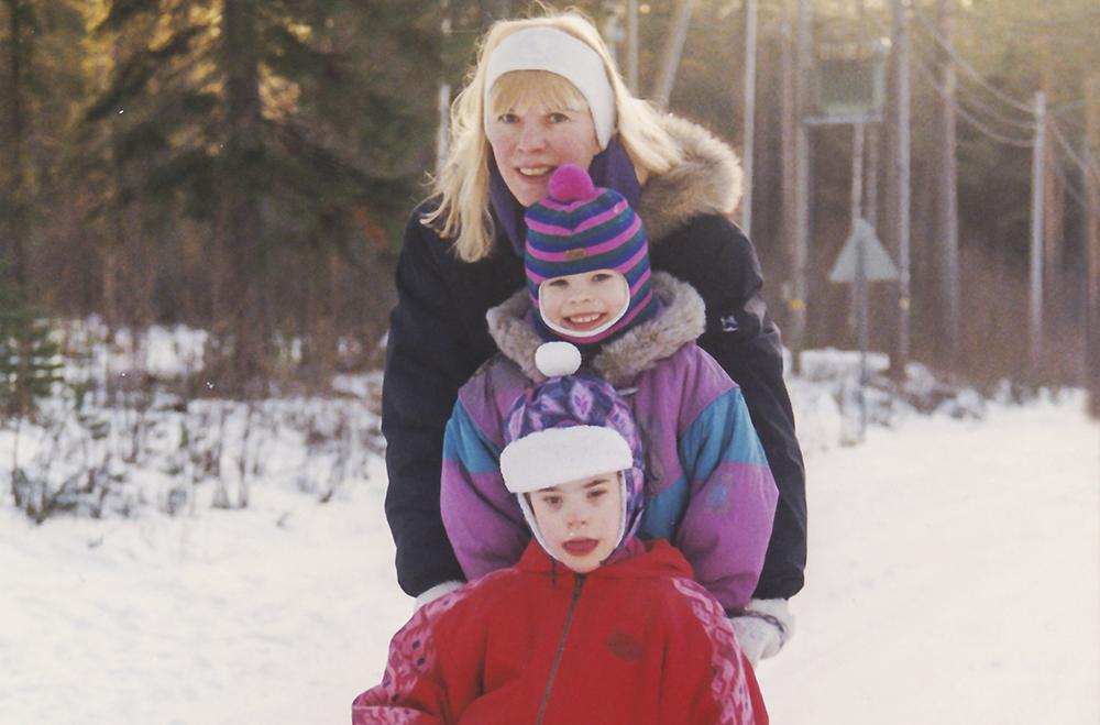 Paula Vesterinen potkukelkalla talvella lasten, Veskun ja Sonjan kanssa.