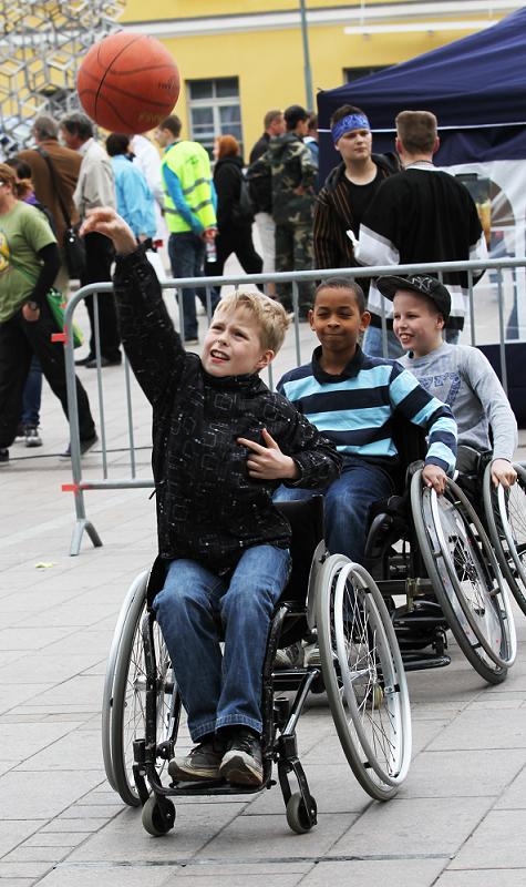 Lapset heittelevät koripalloa, heillä on pyörätuolit.