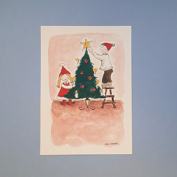 Joulukortissa lapset koristelevat joulupuuta